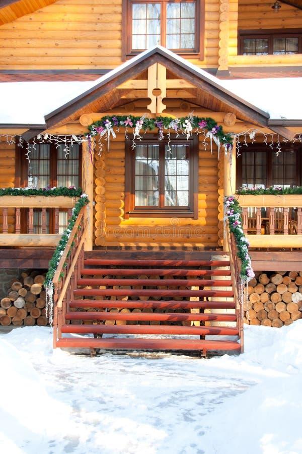 Manoir en bois de Noël de porche photographie stock