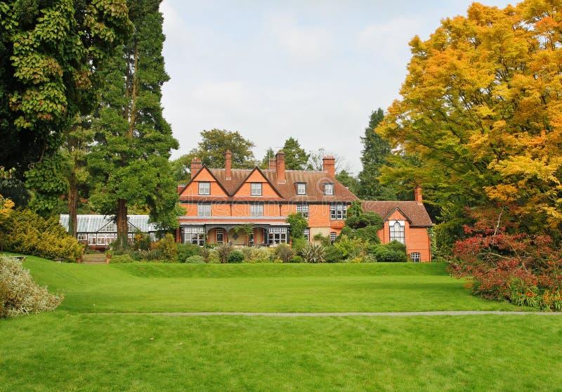 Manoir et jardin anglais photo stock