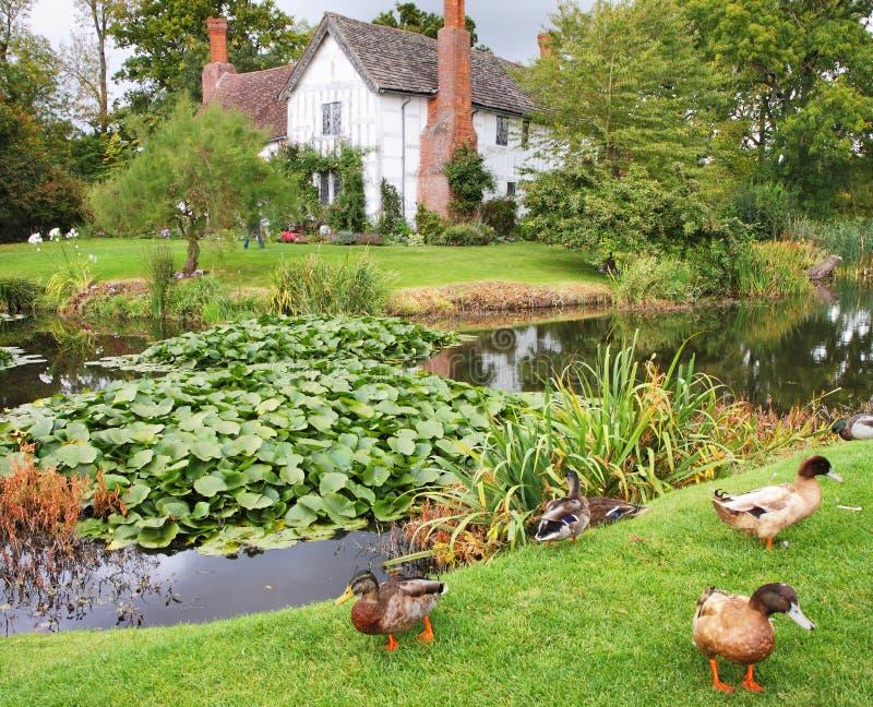 Manoir et jardin anglais médiévaux images libres de droits