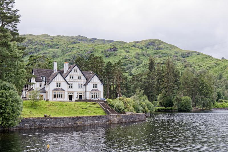 Manoir sur le Loch Katrine, Loch Lomond & The Trossachs National Park, Écosse image libre de droits