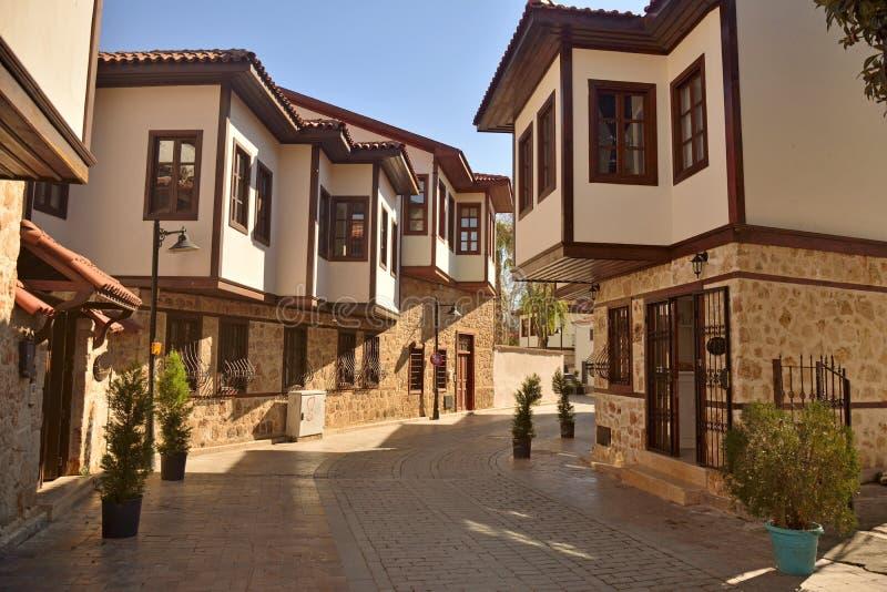 Manoirs de tabouret dans le quart historique de Kaleici d'Antalya images stock