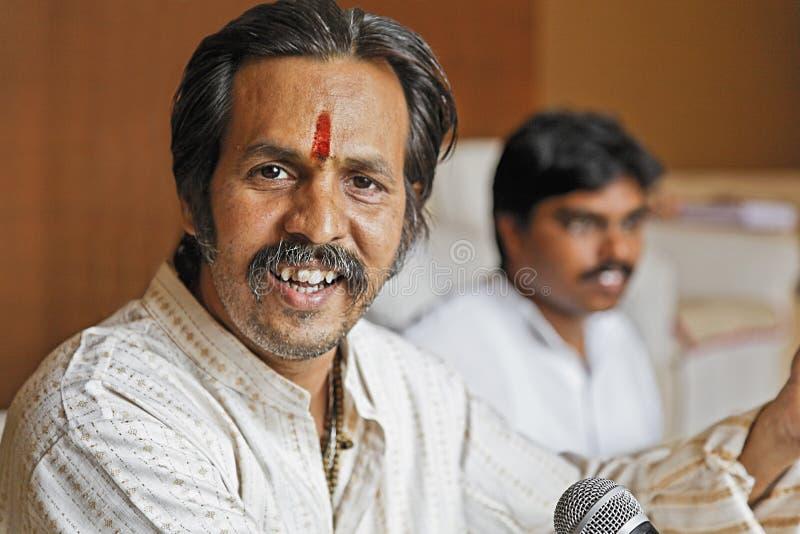 Manoj微笑在排练期间的Desai 图库摄影