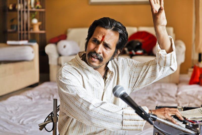 Manoj Desai préparant à la réunion intime photographie stock