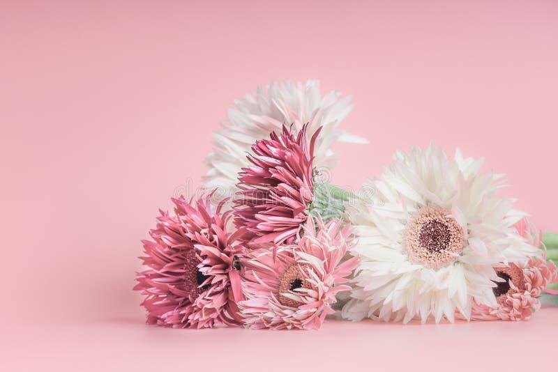 Manojo bastante en colores pastel de las flores en rosa imagen de archivo