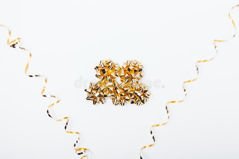 Manojo de arcos de oro entre serpentina espiral imagen de archivo libre de regalías