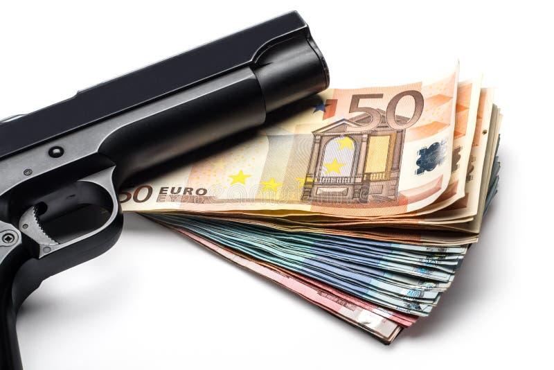 Manojo de billetes de banco euro con un arma fotos de archivo libres de regalías