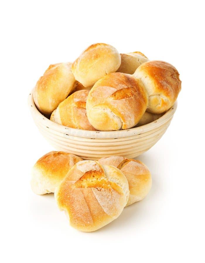 Manojo de bollos cocidos enteros, frescos del trigo en cesta de la hornada imagen de archivo
