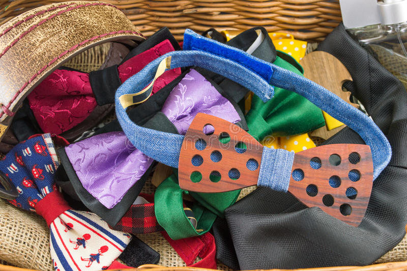 Manojo de corbatas de lazo y de accesorios masculinos en una caja fotos de archivo libres de regalías