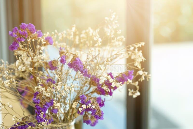 Manojo de flores con luz del sol en la cafetería para el fondo imágenes de archivo libres de regalías