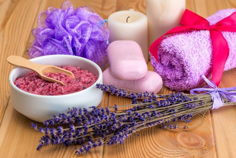 manojo de flores secadas de la lavanda, de jabón rosado y de sal del mar con el aroma de la lavanda, objetos del balneario foto de archivo libre de regalías