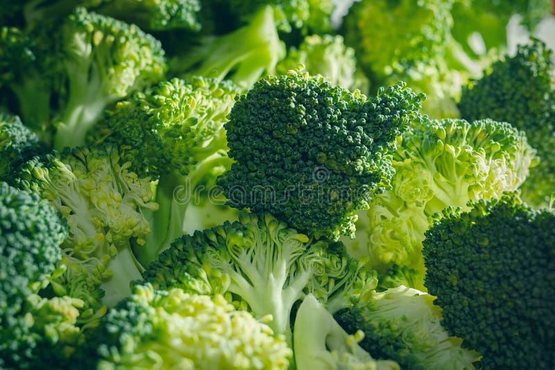 Manojo de floretes frescos del bróculi en la luz de la mañana imagen de archivo