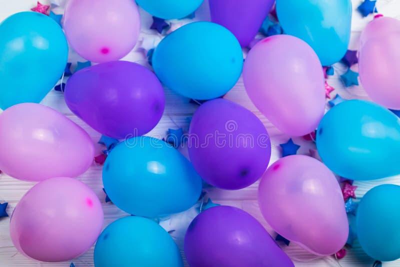 Manojo de fondo colorido de los globos del partido para la tarjeta o el aviador de cumpleaños foto de archivo