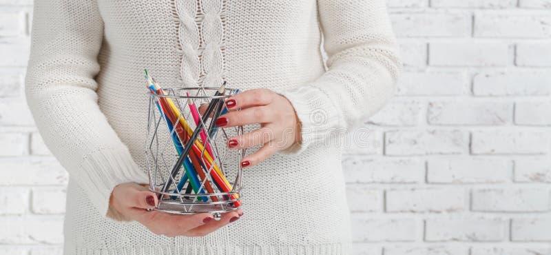 Manojo de lápiz coloreado en manos de la mujer, concepto de diseño del arte fotos de archivo