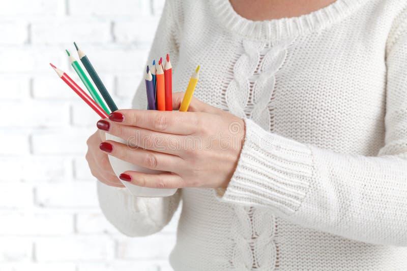 Manojo de lápiz coloreado en manos de la mujer, concepto de diseño del arte imágenes de archivo libres de regalías