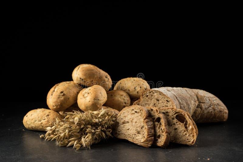 Manojo de la avena, pan blanco cocido fotografía de archivo