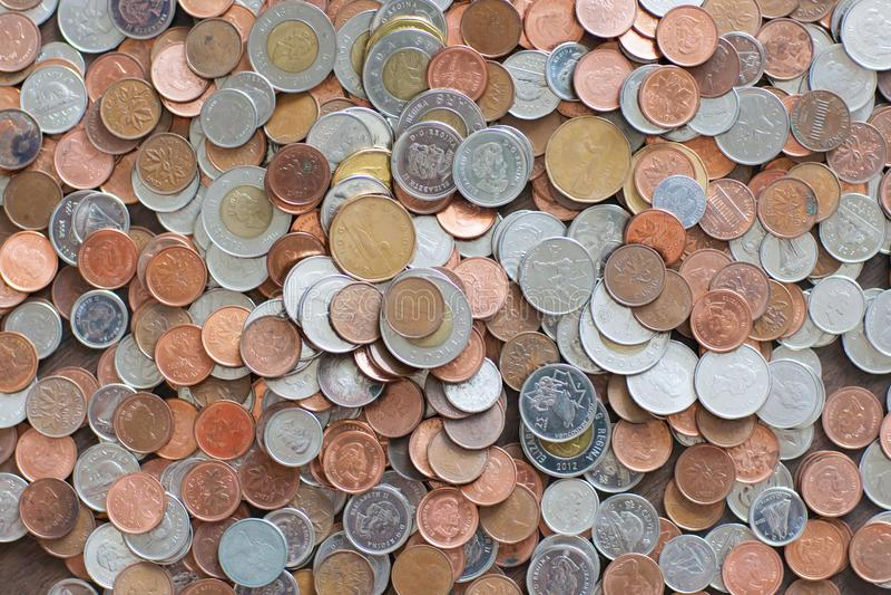 Manojo de monedas canadienses en el mercado imágenes de archivo libres de regalías