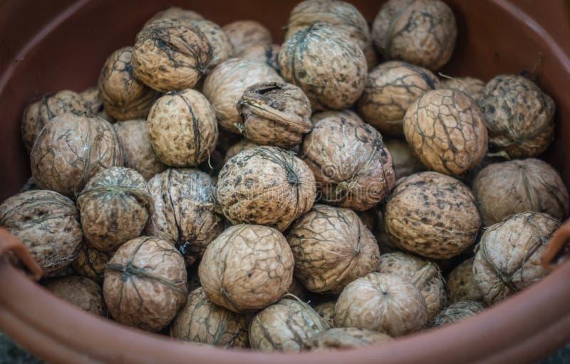 Manojo de nueces frescas en un cuenco imagen de archivo