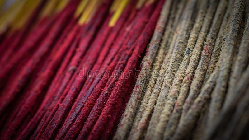 Manojo de palillo del incienso o del josh con color rojo y marrón fotografía de archivo libre de regalías