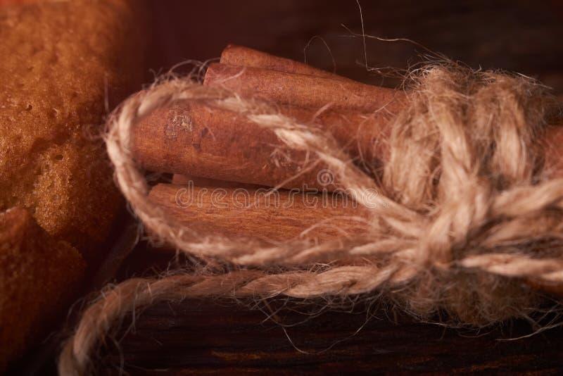 Manojo de palillos de canela atados con guita, en la tabla de roble rústica foto de archivo libre de regalías