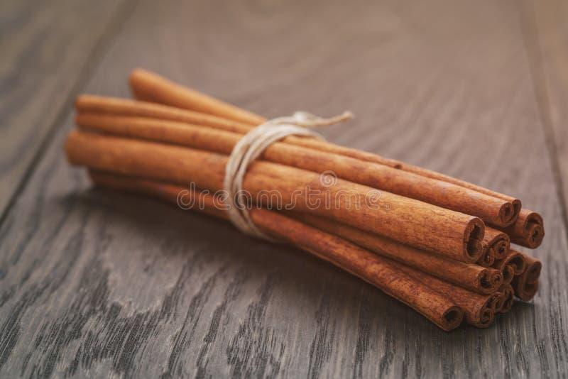 Manojo de palillos de canela atados con guita, encendido fotos de archivo