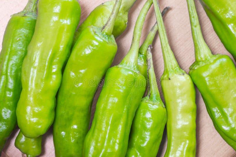 Manojo de pimientas de chile verdes imagen de archivo