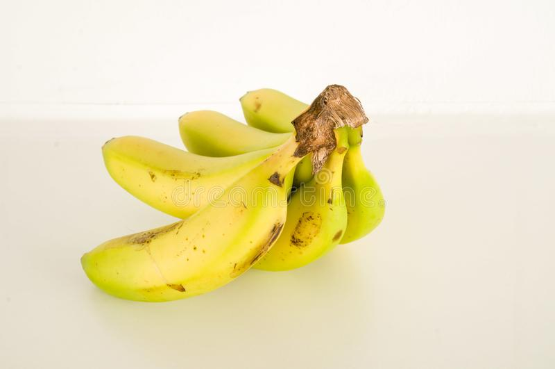 Manojo de plátanos aislados imagen de archivo