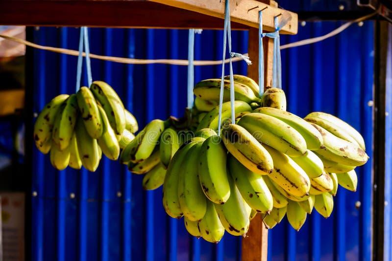 manojo de plátanos en el mercado, imagen digital de la foto como fondo foto de archivo