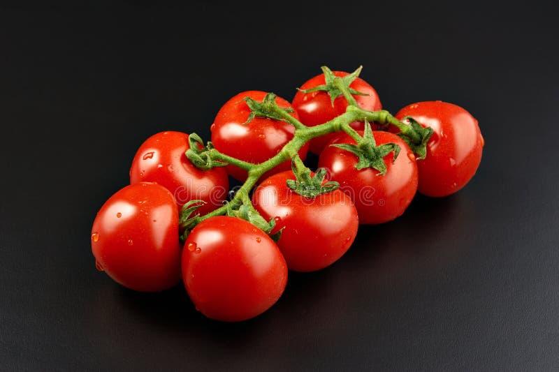 Manojo de tomates frescos imágenes de archivo libres de regalías