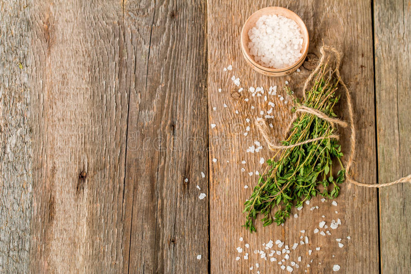 Manojo de tomillo orgánico fresco fotos de archivo libres de regalías