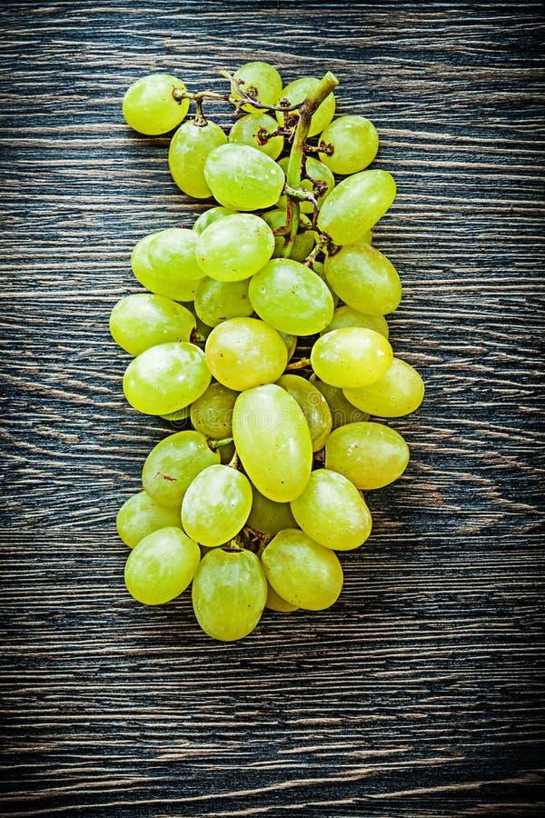 Manojo de uvas blancas en concepto de la comida del tablero de madera fotos de archivo