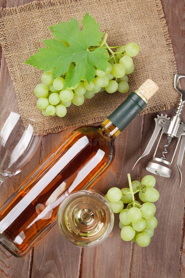 Manojo de uvas, de vino blanco y de corkscew fotografía de archivo