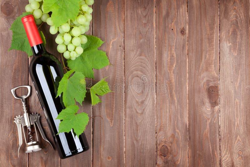 Manojo de uvas, de vino rojo y de corkscew imagen de archivo libre de regalías