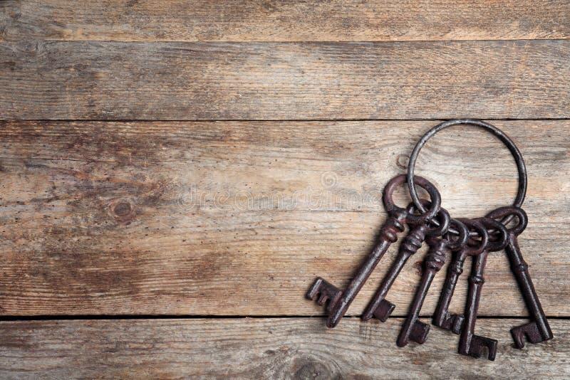 Manojo de viejas llaves del vintage en el fondo de madera, visión superior imagen de archivo libre de regalías