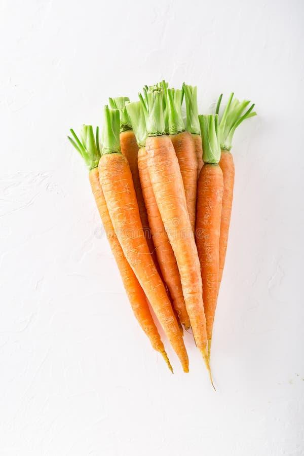Manojo de zanahorias orgánicas en el mercado de los granjeros imagen de archivo