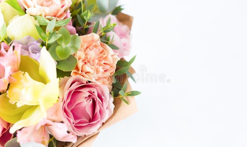 Manojo en colores pastel de las flores aislado en el fondo blanco Copie el espacio S imagen de archivo
