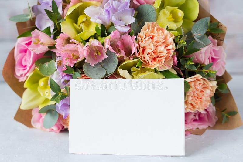 Manojo en colores pastel de las flores en un fondo de madera con Empty tag copia imagen de archivo libre de regalías