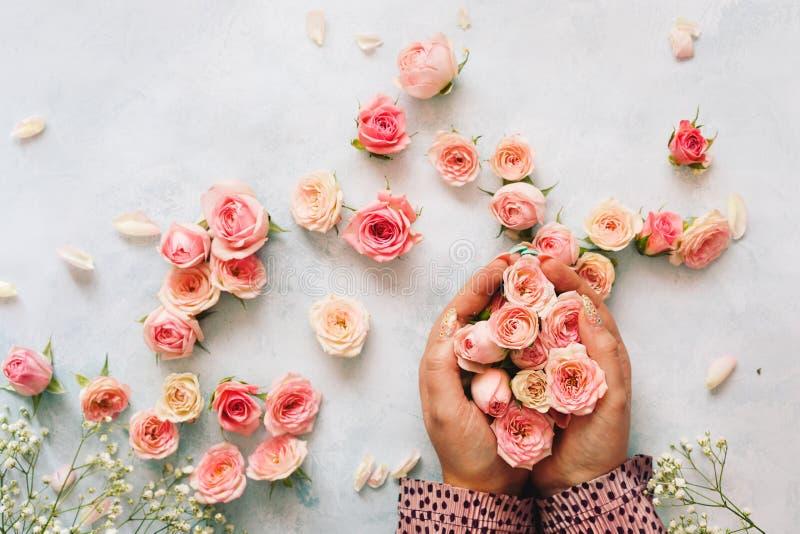 Manojo hermoso de la tenencia de la mano de la mujer de mini rosas fotografía de archivo