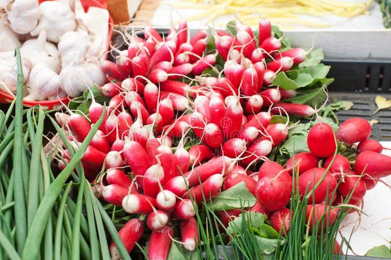 Manojos de rábanos en venta en el mercado imagen de archivo