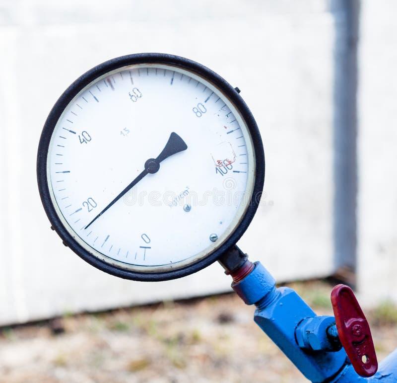 Manometer auf dem blauen Rohr lizenzfreie stockbilder