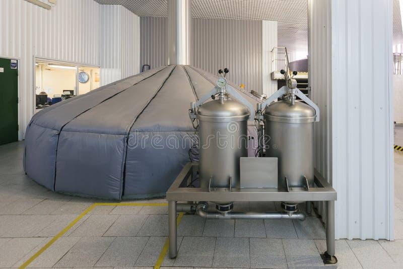 Manometer auf dem Zylinder mit Gas herein und Hopfenzufuhr in der modernen Brauerei stockfotos