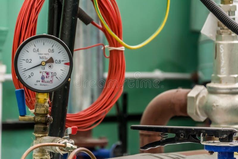 Manometer der Pumpanlage der Heizsysteme stockbild