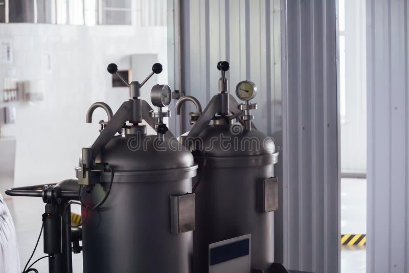 Manometer op de cilinder met gas binnen en hopautomaat in moderne brouwerij De mening van de close-up royalty-vrije stock foto