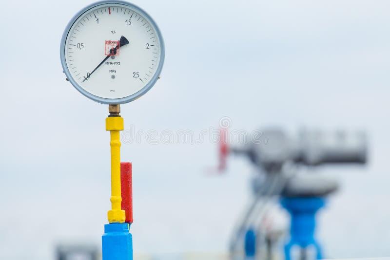 Manometer på bensinstationen arkivfoto