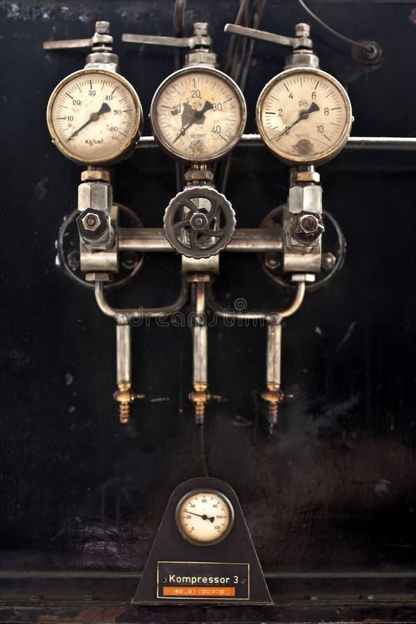 Manometer van oude compressor stock afbeeldingen