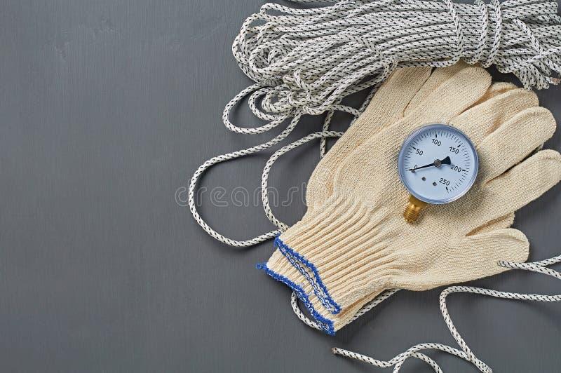 Manometer voor het nauwkeurig meten van de luchtdruk in de buurt van lange sterke touw- en textielhandschoenen royalty-vrije stock afbeeldingen