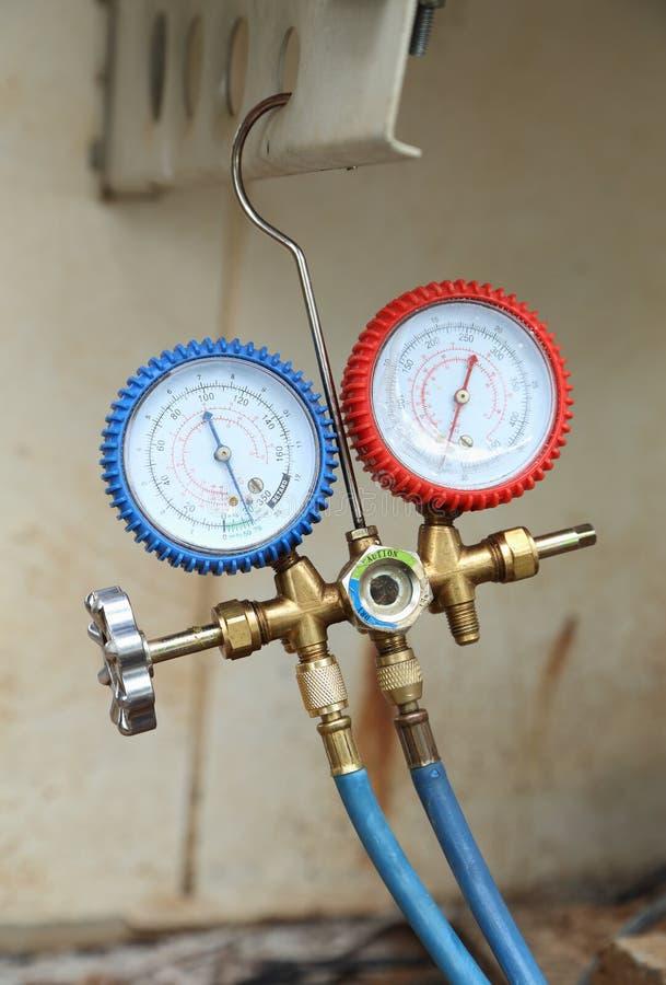 Manometers voor het vullen van airconditioners royalty-vrije stock afbeelding