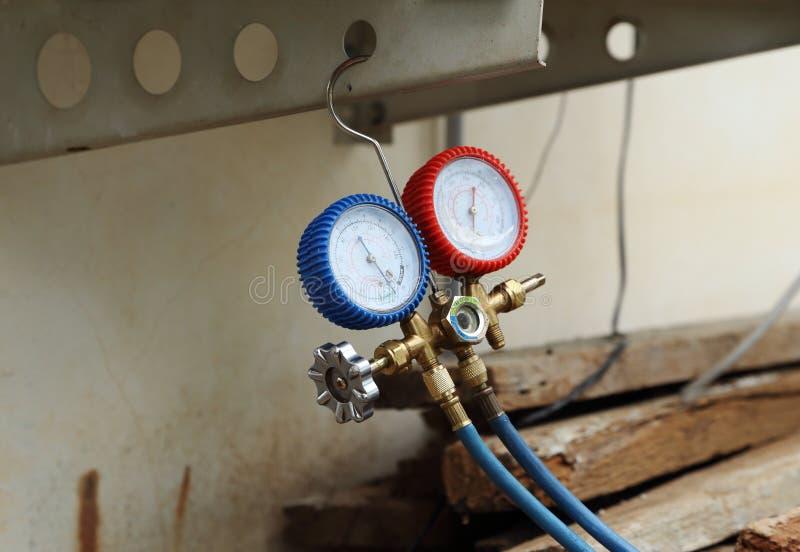 Manometers voor het vullen van airconditioners royalty-vrije stock foto's