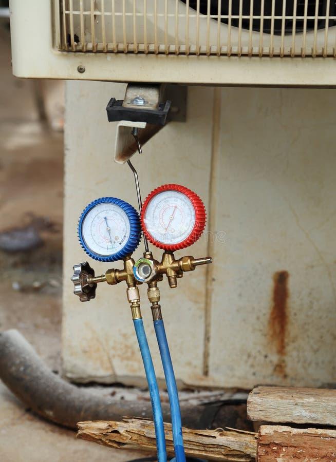 Manometers voor het vullen van airconditioners royalty-vrije stock foto