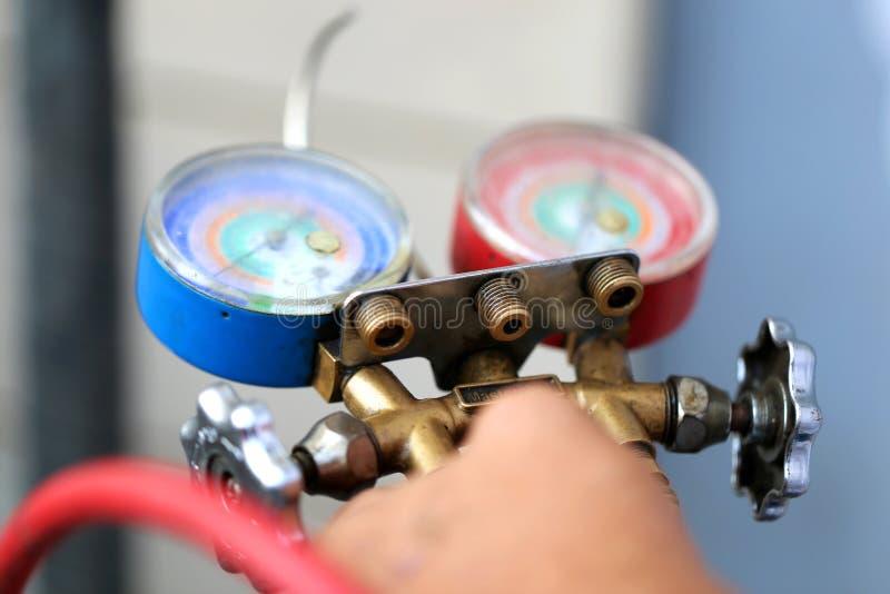 Manometersmeetapparatuur om airconditioners, maten te vullen stock afbeeldingen