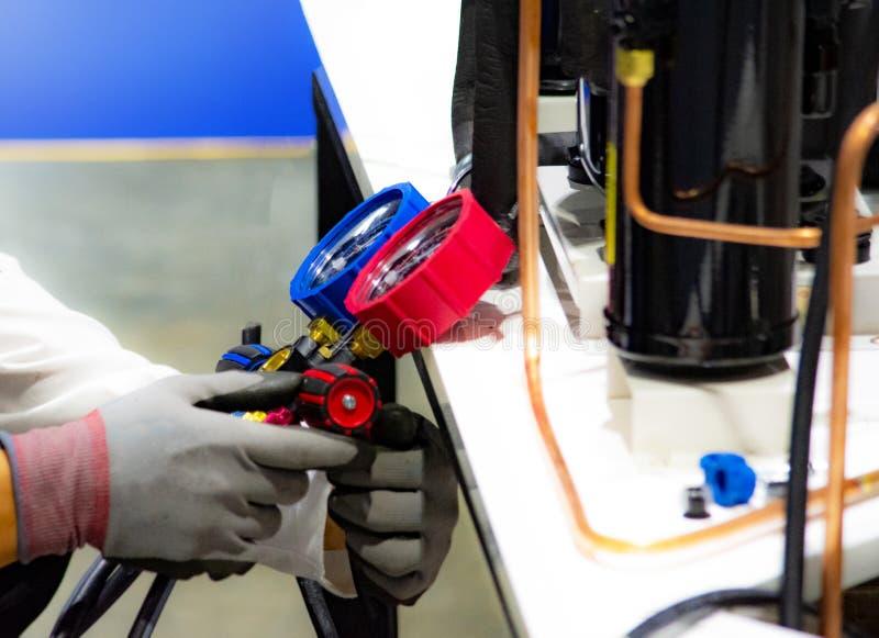Manometersmeetapparatuur om airconditioners te vullen stock afbeelding